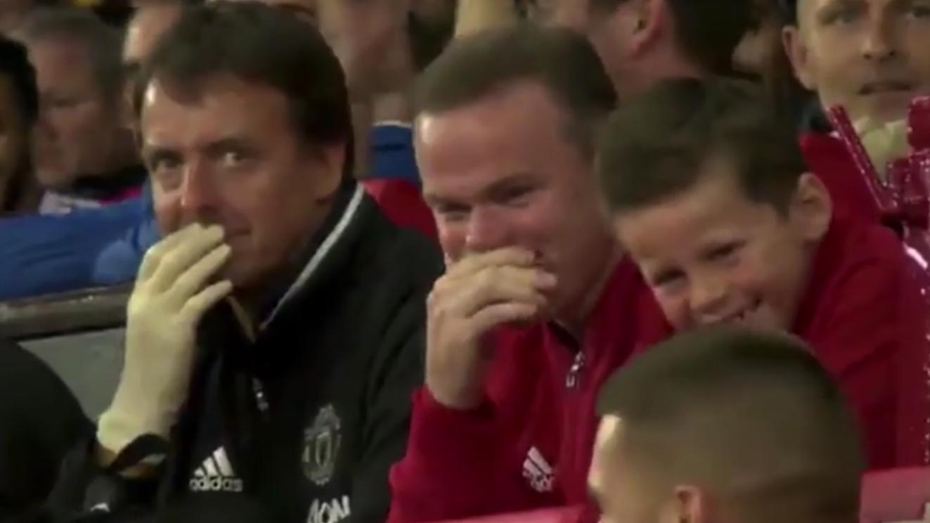 Depay biểu diễn lỗi, bố con Rooney cười khoái trá