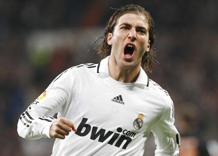 Gonzalo Higuaín celebra su gol con el Real Madrid ante el Valencia ...
