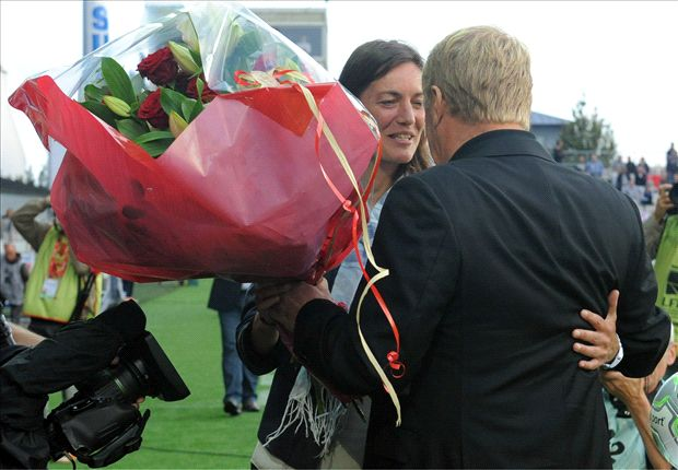 441665 heroa Patronising? Clement Foots manageress given flowers by Brests coach in her 1st match