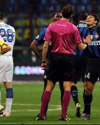 Le proteste di capitan Zanetti nei confronti di Tagliavento dopo l'espulsione di Samuel durante Inter-Sampdoria (Getty Images)