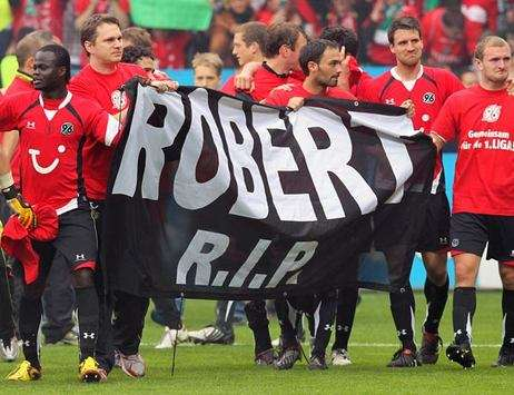 Hannover 96 players thinking of Robert Enke (Bongarts/Getty)